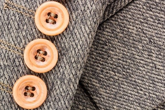 13. Чтобы от одежды в стиральной машине не отрывались пуговицы, одежду предварительно застегивают и выворачивают наизнанку.