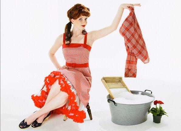 1. Если платье надевалось 5-6 раз, его надо стирать. Вызвано это тем, что легкая электролизуемость ткани приводит к интенсивному притягиванию пылевых частиц, а способность синтетических волокон впитывать жировые выделения кожи – к быстрому загрязнению внутренней поверхности одежды.