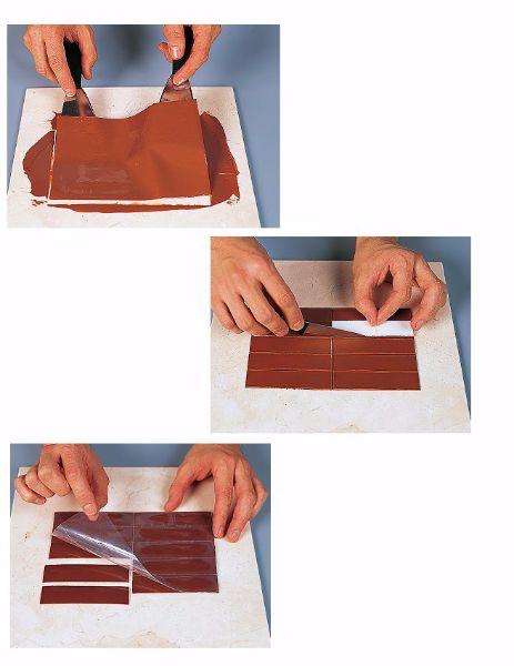 11.Чтобы сделать красивые шоколадные брусочки, надо из шоколада сделать глазурь, а потом тонким слоем нанести ее на рифленую поверхность и поставить застывать. Только потом резать тонким ножом.