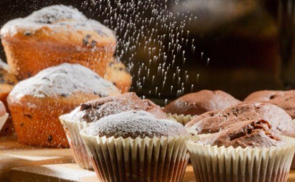 18. Пироги, которые посыпают сахарной пудрой, смазывают также маслом. Оно придает им приятный аромат.