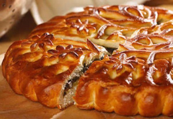 17. Закрытые пироги смазывают перед выпечкой взбитым яйцом, молоком, сахарной водой. Благодаря этому на готовом пироге появляется аппетитный глянец. Наилучший блеск получается при смазке желтками.