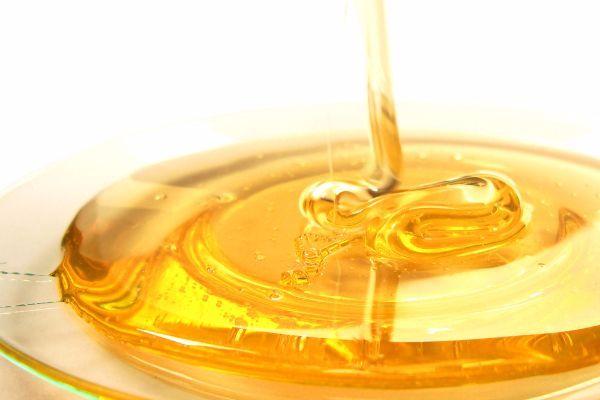 6.Чтобы обжарить или запечь мясо с золотистой корочкой, его надо обмазать медом.