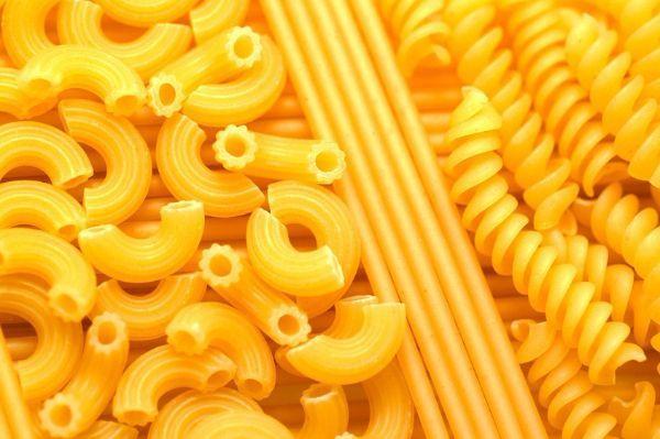18.Чтобы рис или макароны не слипались при варке, нужно добавить в воду немного подсолнечного или оливкового масла или обдать в дуршлаге холодной водой после варки.