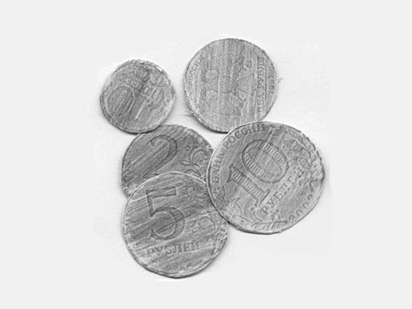 5. Фальшивомонетчик. Положить под бумагу разные монеты. Закрасить карандашом: монеты проявятся. Затем вырезать бумажные монеты и склеить соответствующие стороны (от 5 лет).