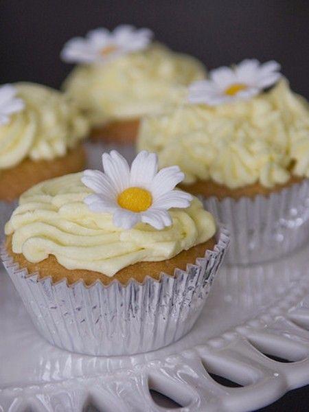 Ромашка. Цветы обладают сладким вкусом и часто используется для травяных настоев. Ромашка очень обогащает своим вкусом и другие блюда: ризотто, различные десерты.