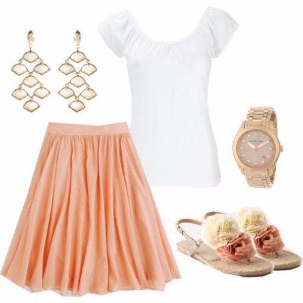 11.Светло-коралловая юбка-клеш, белая футболка и сандалии на плоской подошве. Просто и со вкусом. Идеальный наряд для лета.