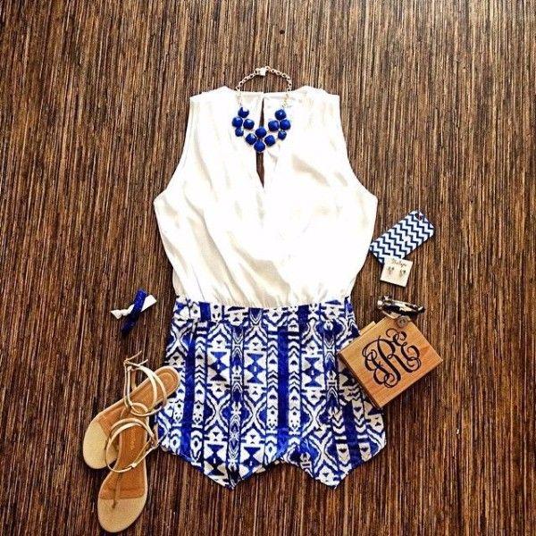 3.Белый и синий. Очередное яркое и модное в этом сезоне сочетание. Короткие шортики и маечка помогут провести знойное лето в отличном настроении.
