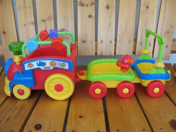 16. Поезд. Взрослый говорит: Давай нагружать поезд. В первый вагон складываем все колючие предметы. И взрослый (вместе с ребенком) начинает перечислять колючие предметы. Потом взрослый сообщает, по какому признаку подбираются грузы для второго вагона (полосатые, определенного цвета, на определенную букву, изготовленные из определенного материала).