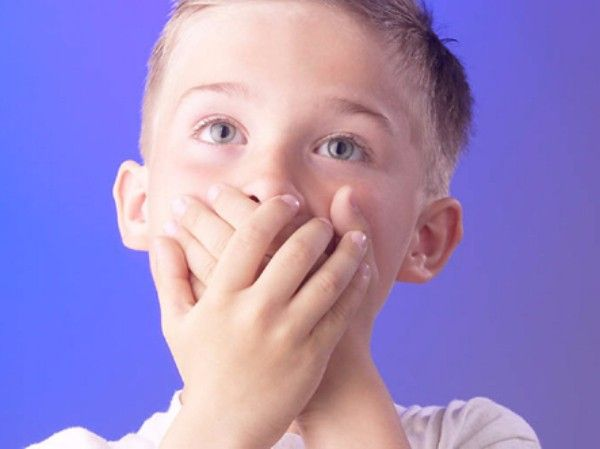 5. Части тела. Взрослый стучит указательным пальцем по столу или по своему колену и говорит: Кап-кап дождик, сейчас замочит носик (руку, живот, коленку). Ребенок должен закрыть нос ладонью. Если он этого не сделал, взрослый указывает на нос ребенка и говорит: Кап-кап на нос.
