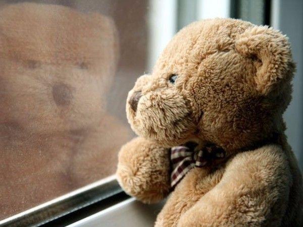 11. Что чувствовал медвежонок. Взрослый описывает разные ситуации, произошедшие с медвежонком (лучше выбрать на роль главного героя любимую игрушку). Ребенок должен предположить, что чувствовал медвежонок, когда у него отобрали конфету (похвалили за вымытую чашку, прочитали смешную историю и т.п.). В качестве ситуаций нужно брать близкие ребенку (случившиеся с ним самим) сюжеты. Когда ребенок освоит игру, можно обсудить так же чувства других персонажей этих сюжетов.