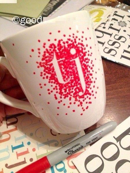 2. Кружка с монограммой. Этот подарок будет стоить менее 100 рублей. А для  его изготовления понадобится лишь белая чашка и перманентный маркер. Если вы сомневаетесь в наличии у себя изобразительного таланта, используйте специальные наклейки для рисования.