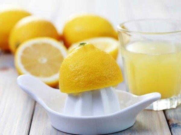 6. Лимонный сок с солью для укрепления ногтевых пластин. Выдавите в блюдце примерно столовую ложку лимонного сока, добавьте пару щепоток соли, смешайте компоненты, а затем кисточкой нанесите смесь на ногти. Подождите 20 минут, затем смойте теплой водой.