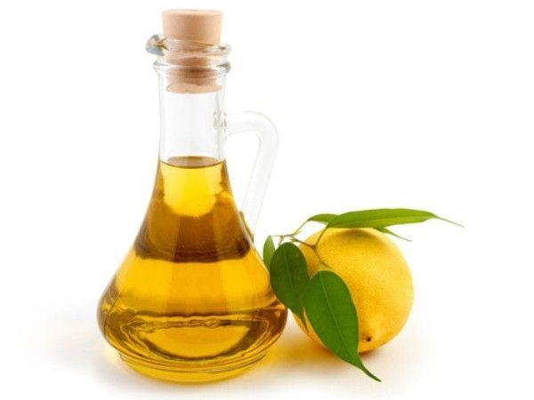 2. Укрепляющая маска из оливкового масла и лимонного сока. Нагрейте на водяной бане одну столовую ложку оливкового масла и смешайте его с несколькими каплями лимонного сока. Полученную смесь массирующими движениями нанесите на ногтевые пластины, наденьте хлопчатобумажные перчатки, и оставьте маску на ночь. Процедуру можно проводить 2 раза в неделю.