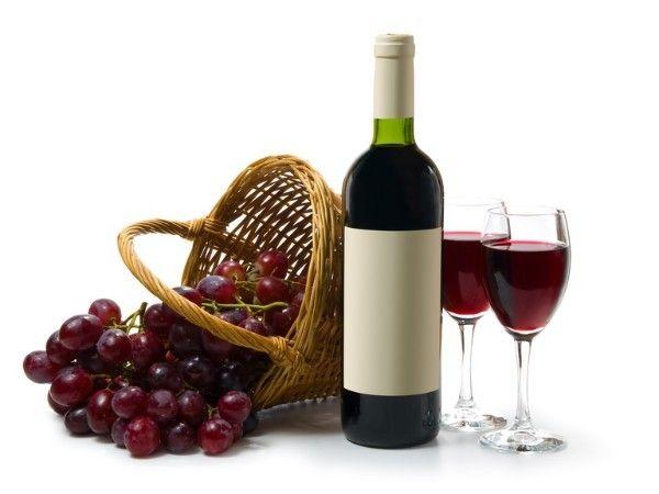 15.Лечение вином. Лечение натуральным вином является очень хорошим и действенным методом. Возьмите 200 грамм вина и добавьте в него чайную ложку морской соли. В полученную массу опустите пальчики на 20 мин. Если пользоваться данным рецептом регулярно, он значительно улучшит состояние ваших ногтей.