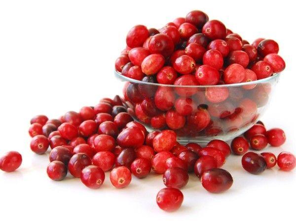 9. Уход за ногтями с помощью сока кислых ягод. Для процедуры подойдут любые кислые ягоды, такие как смородина, брусника, клюква и др. Возьмите ягоду и натрите ей ноготь и кожу пальца вокруг него.
