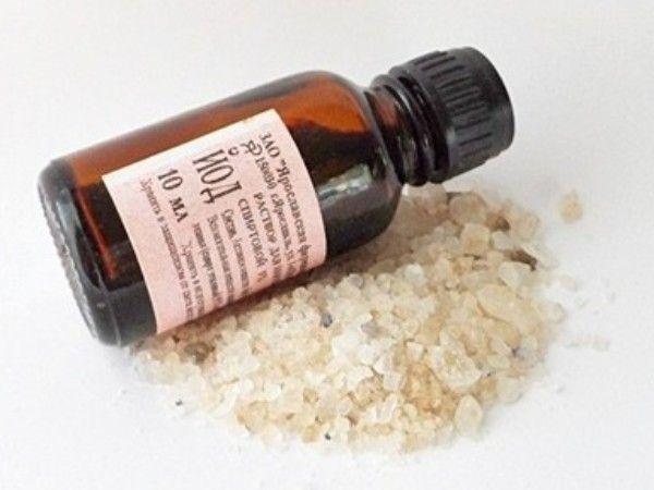 7. Укрепляющая ванночка из соли и йода. Возьмите стакан теплой воды, растворите в ней неполную столовую ложку соли, добавьте 5 капель йода. В полученный раствор опустите кончики пальцев на 20 минут.