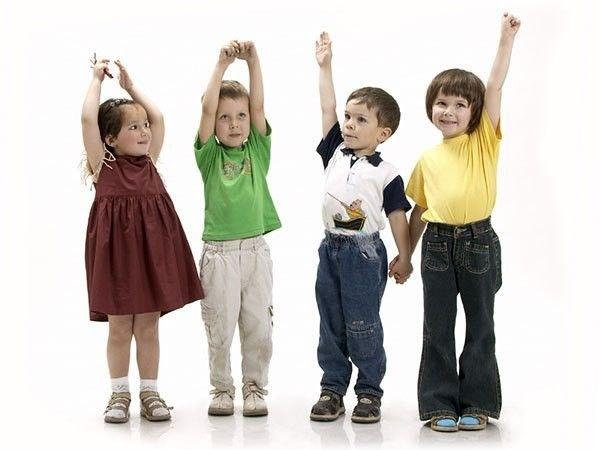 15. Тянуться руками вверх, доставая предметы которые расположены высоко. Предметы на высоте вытянутой руки ребенка может держать мама.