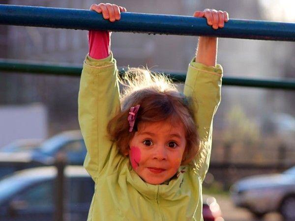 8. Висеть на турнике, кольцах, маминых руках. Это очень полезное упражнение на развитие связок и сухожилий рук.