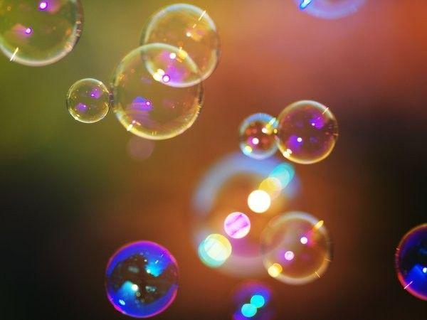 18. Ловить выпущенные мамой мыльные пузыри и лопать их. Это упражнение прекрасно развивает координацию движений и внимательность.