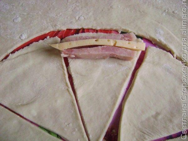 рогалики из дрожжевого теста с сыром и ветчиной