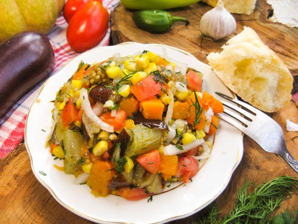 Салат из запеченных овощей с тыквой и кукурузой