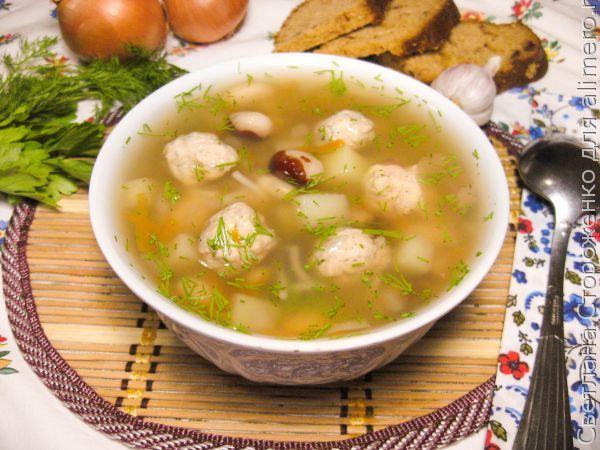 Суп с фасолью, лапшой и индюшиными фрикадельками