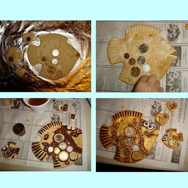 Итак, нам понадобится: мука, соль мелкая, растительное масло, вода, скалка, нож, приспособления для нанесения узора (колпачок от фломастера, спица), монеты, гуашь темного (в нашем случае коричневая) и золотистого цвета, губка для посуды.