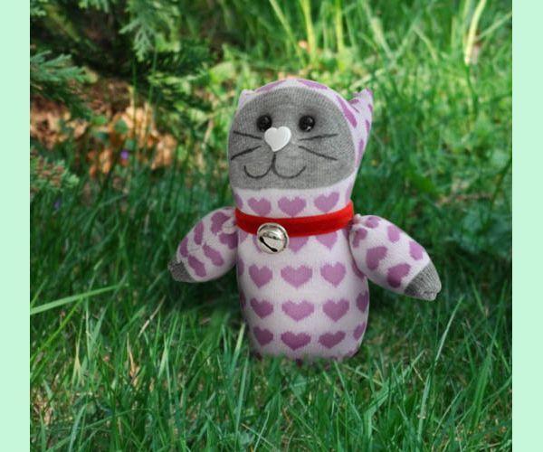Такой обаятельный котенок непременно понравится вашему малышу! Для его изготовления выбирайте носки поярче, тогда игрушка будет излучать позитив. Милый котенок, правда?