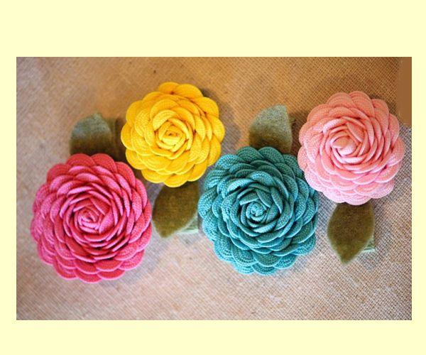 Такие заколки будут эффектно смотреться не только на маленьких девочках, но и на девушках. Можно использовать этот цветок в качестве броши.