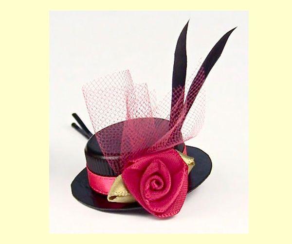 Шляпки принято считать королевским аксессуаром, абсолютно не популярным в повседневной жизни. Однако мода диктует свои правила, и сейчас маленькие шляпки стали все чаще появляются на ободках и заколках.