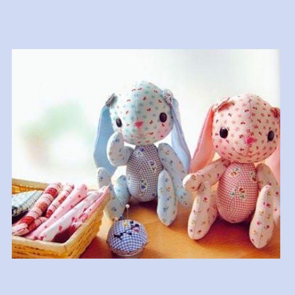 Вот такие зайки — игрушки своими руками можно сшить для своих любимых деток, особенно для самых маленьких. Ткань для кукол можно использовать практически любую, чем и хороши эти малыши — остатки хлопка, флиса, фланели, глазки — пуговички, носик и ротик — вышиты плотными нитками.