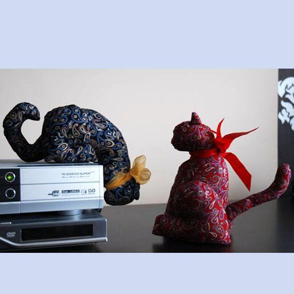 Этот текстильный котик смотрит на вас с интересом.... и ваши гости тоже удивятся такому предмету интерьера! Выкройка достаточно простая, так что от вас требуется только желание и все получится!