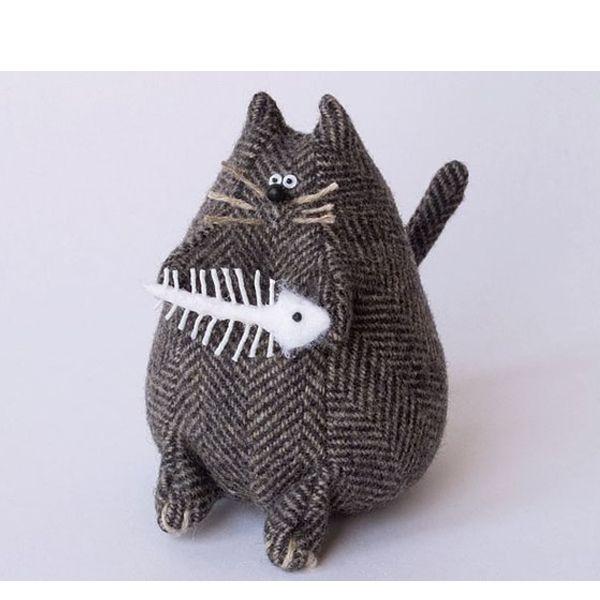 Этот забавный кот может быть выполнен из любого материала. лучше всего выбирать плотный. Главное - чтобы не просвечивался наполнитель.