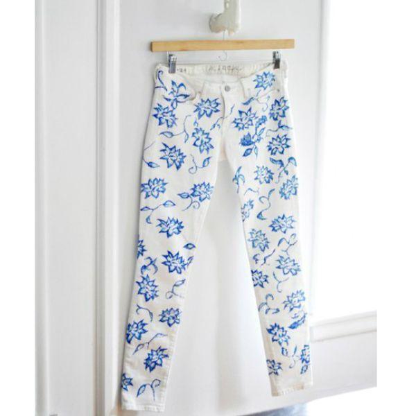 Очень эффектно будут смотреться белые брюки или джинсы с росписью. Цвет красот подберите под любимую кофточку или сумку.