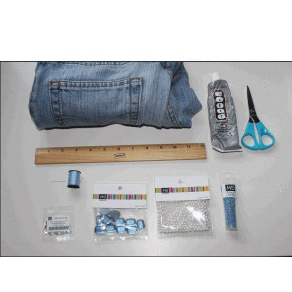 Нам понадобятся: джинсы, нитка, иголка, камни и стразы, линейка, элементы декора по вашему усмотрению.