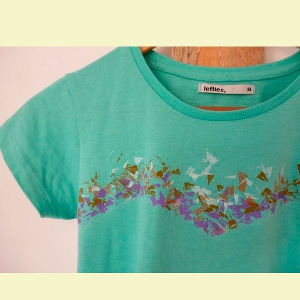 Для начала оденьте футболку и определите где будет находится принт. Отметьте место рисунка с помощью мела и булавок. Сделайте пометки спереди и сзади футболки.