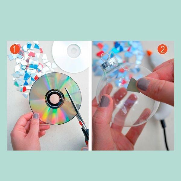 Можно украсить прозрачные шары осколками от старого диска. Получится своеобразный елочный диско-шарик.