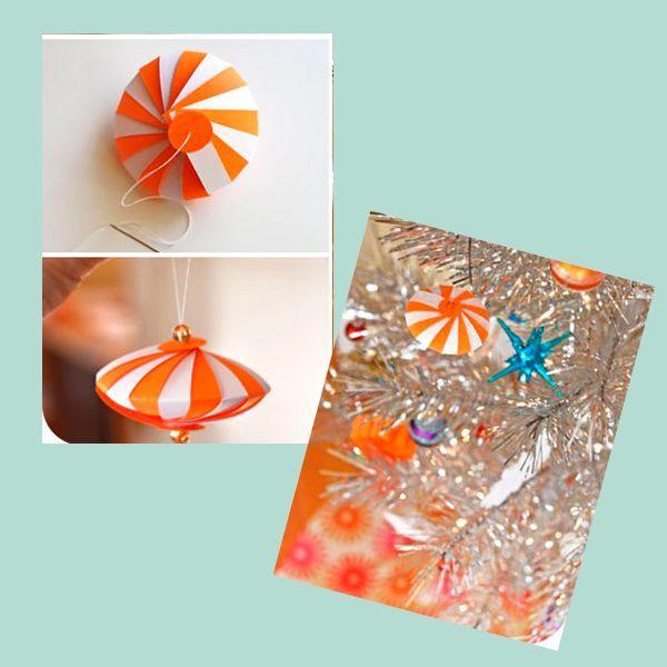 Сложите полоски таким образом, чтобы цвета чередовались, и согните их пополам. Проденьте иголку через кружок, затем в бусинку, чтобы закрепить ее. После этого проденьте нить через все кусочки бумаги сначала с одной стороны, а затем этой же нитью с другого конца. Нить проденьте в кружок, закрепите бусинку, а из оставшегося хвостика сделайте петельку.