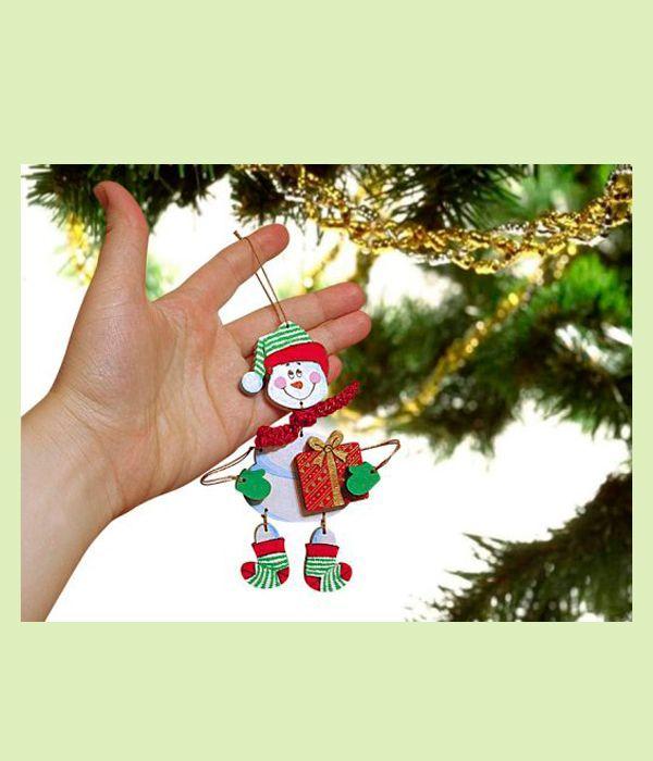 Если вы хотите украсить елку неповторимыми игрушками или подарить друзьям незабываемый подарок, сделайте снеговика из фанеры.