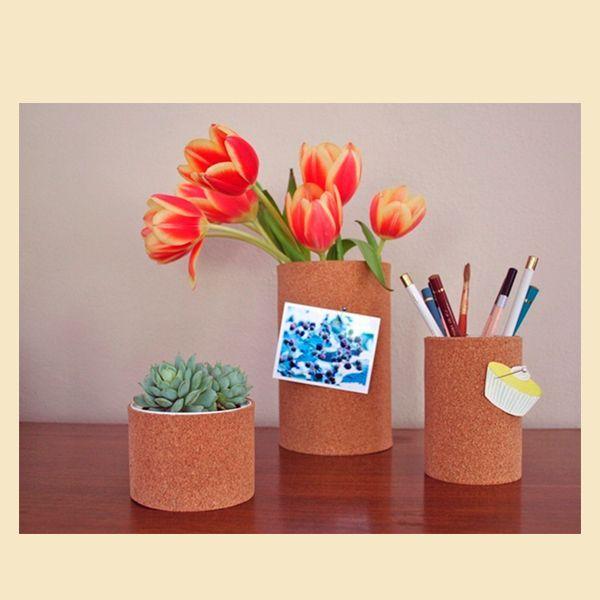 Мы будем делать цветочный горшок, вазу и карандашницу. Берем жестяные банки подходящего размера, снимаем с них бумажную этикетку, окрашиваем края белой аэрозольной краской. Оставляем высыхать.