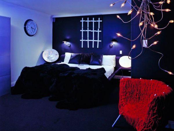 Если вы решите проводить общее освещение в спальной комнате, то оно в любом случае не должно быть ярким, это не должна быть большая с мощными лампочками люстра, резко бьющая по глазам. Свет, льющийся с потолка спальни, должен быть рассеянным и мягким.