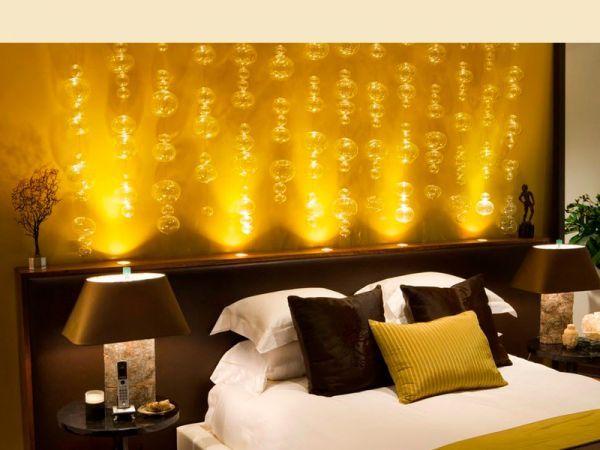Добавить в  холодную гамму теплоты поможет текстиль: теплый и яркий плед на кровати, фактурные цветные шторы, подходящие ковры и подушки. Все эти предметы помогут сделать комнату теплее.