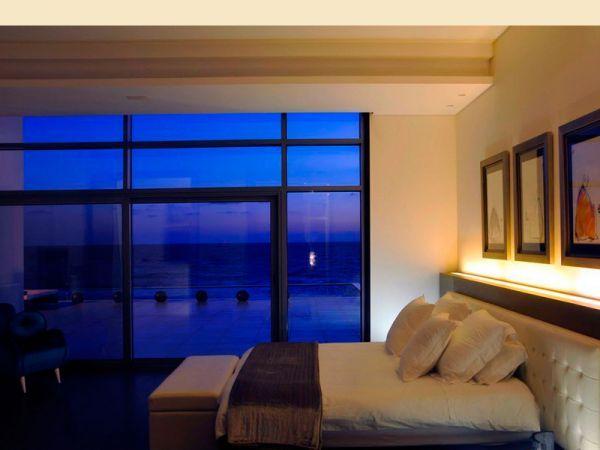 Солнечный свет, льющийся по утрам в окна - то, что наполняет нас бодростью и оптимизмом на весь день. Поэтому для спальни идеальны большие окна.