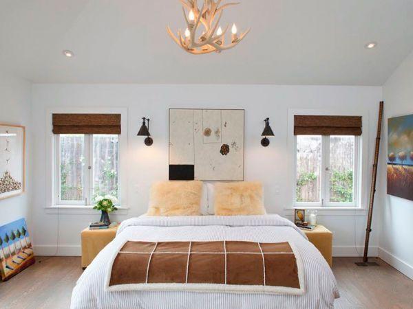 Если вы решили не использовать в спальне никакую мебель кроме кровати, то можно обойтись небольшими аксессуарами, например декоративным ночным столиком и настольной лампой. Такие приятные мелочи, как балдахин или красивое изголовье кровати можно сделать самим.