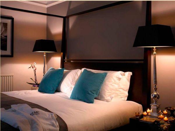 Лучше всего размещать кровать изголовьем к стене, так, чтобы справа было окно, а спереди и сзади стены. Соприкосновение изголовья со стеной подарит вам спокойный глубокий сон.