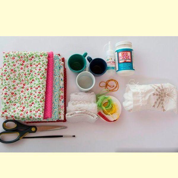 Вам понадобятся такие материалы: лоскут ткани небольшого размера, чашка, кружево, наполнитель, клей, канцелярская резинка.