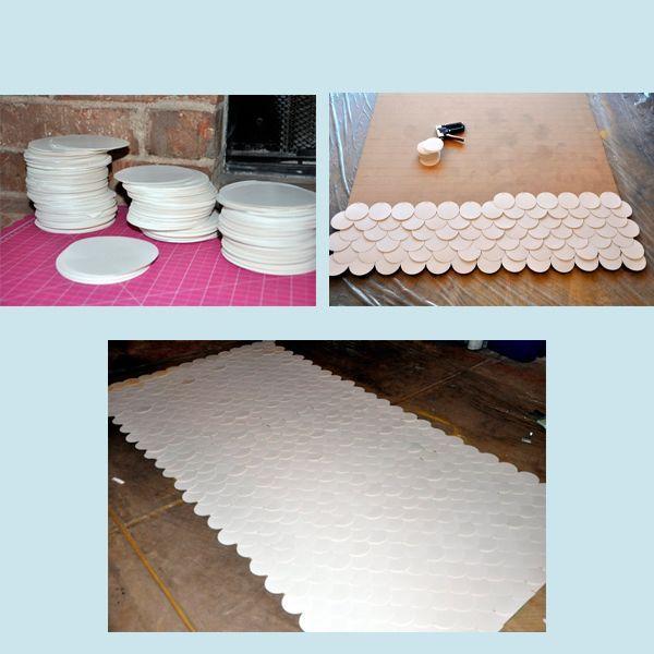 Вам понадобятся: бумажные кружочки одинакового размера (их понадобится очень много, поэтому подготовьте их заранее), спрей-краска, степлер (или клей), ДСП. Покройте ДСП или рамку кружочками и закрепите их с помощью клея или степлера.