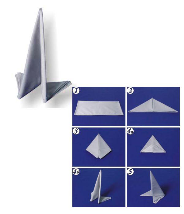 Выполните действия с фото 1-4а. Согните по вертикальной оси складками внутрь. Поставьте салфетку вертикально.