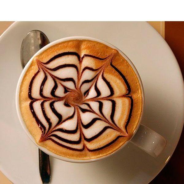Сперва в чашку наливается кофе. Он обязательно должен быть густым. После этого в чашку добавляется взбитое молоко температуры 65-67 градусов.