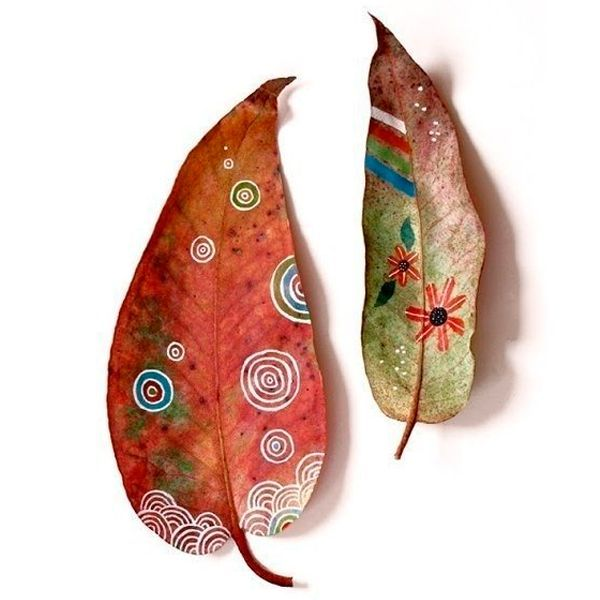 Чтобы картины точно получились, положите листья на несколько дней между страницами толстой книги – так они сохранят цвет и свою плоскую форму.